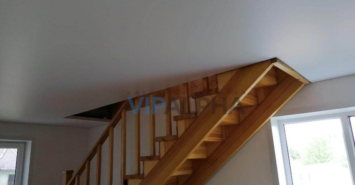 Сатиновый натяжной потолок в гостиной